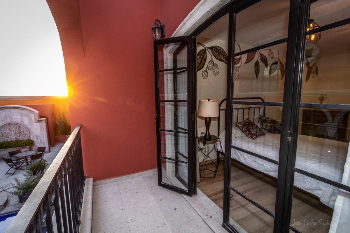 7 of 10: Master bedroom balcony / Balcón de la recámara principal