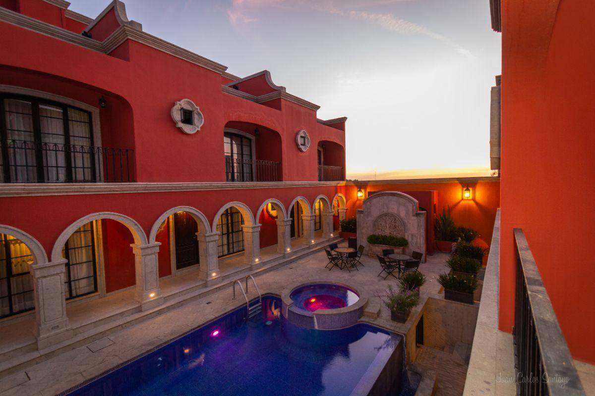 9 of 10: Majestic pool / preciosa alberca
