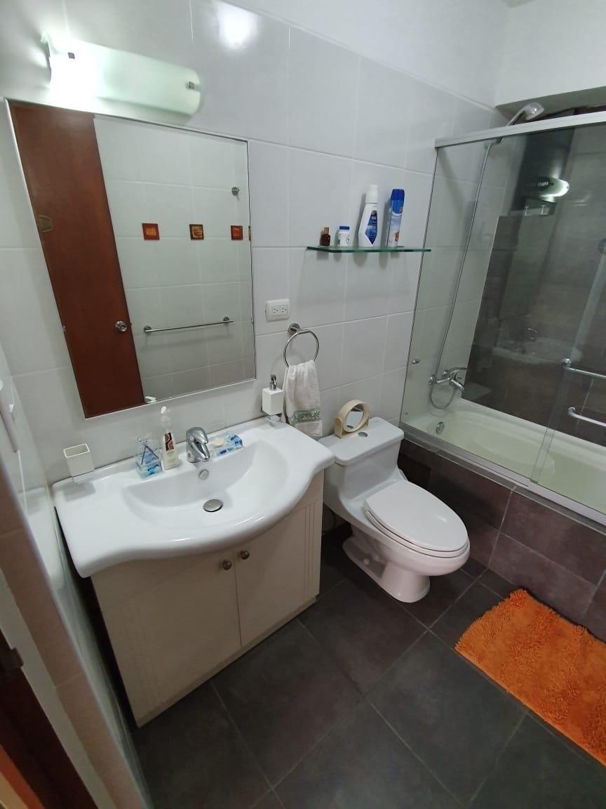 9 de 11: Baño secundario con tina, remodelado