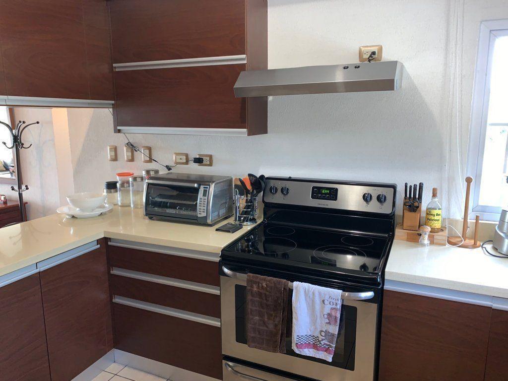 7 de 15: Cocina con gabinetes y top de cuarzo