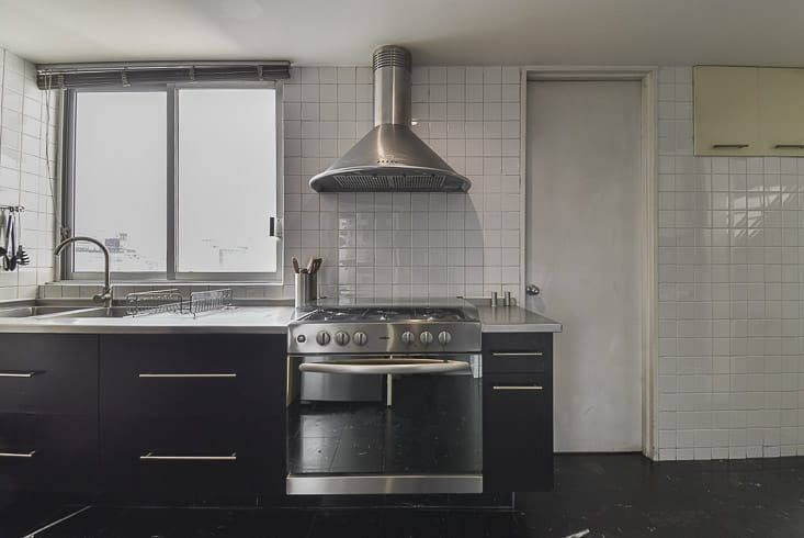 10 de 26: Vista cocina a área servico