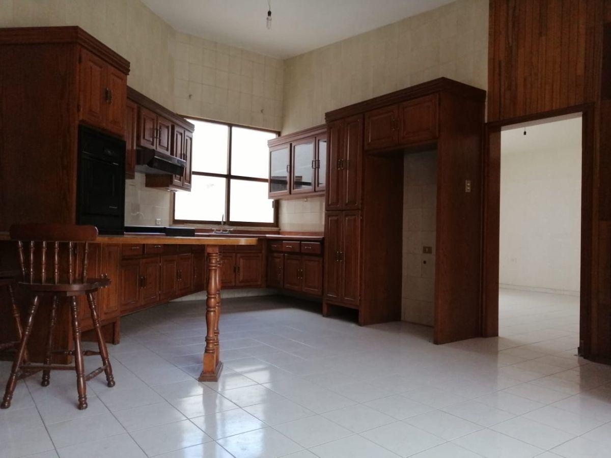 7 de 15: Cocina Integral con alacena tipo closet, toda en madera.