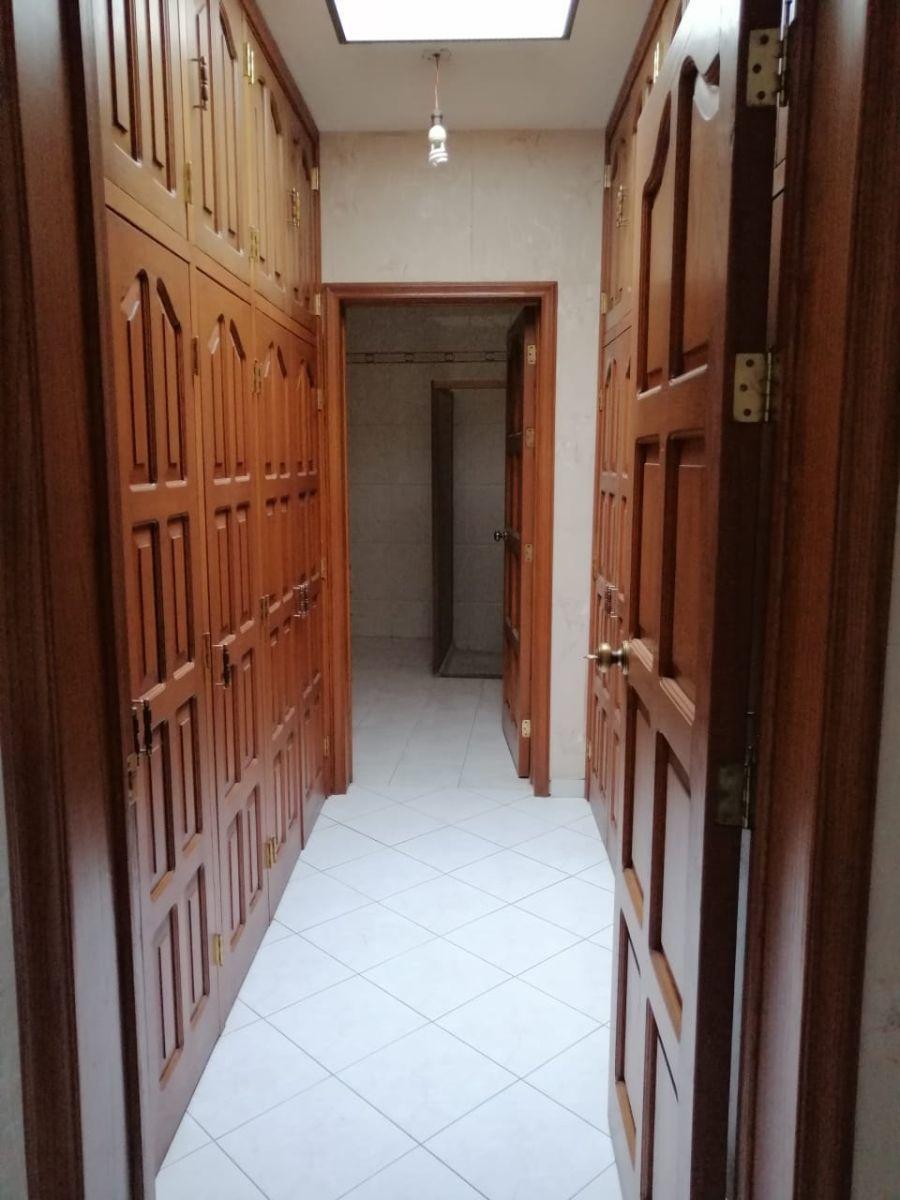 10 de 15: Baño con closet vestidor
