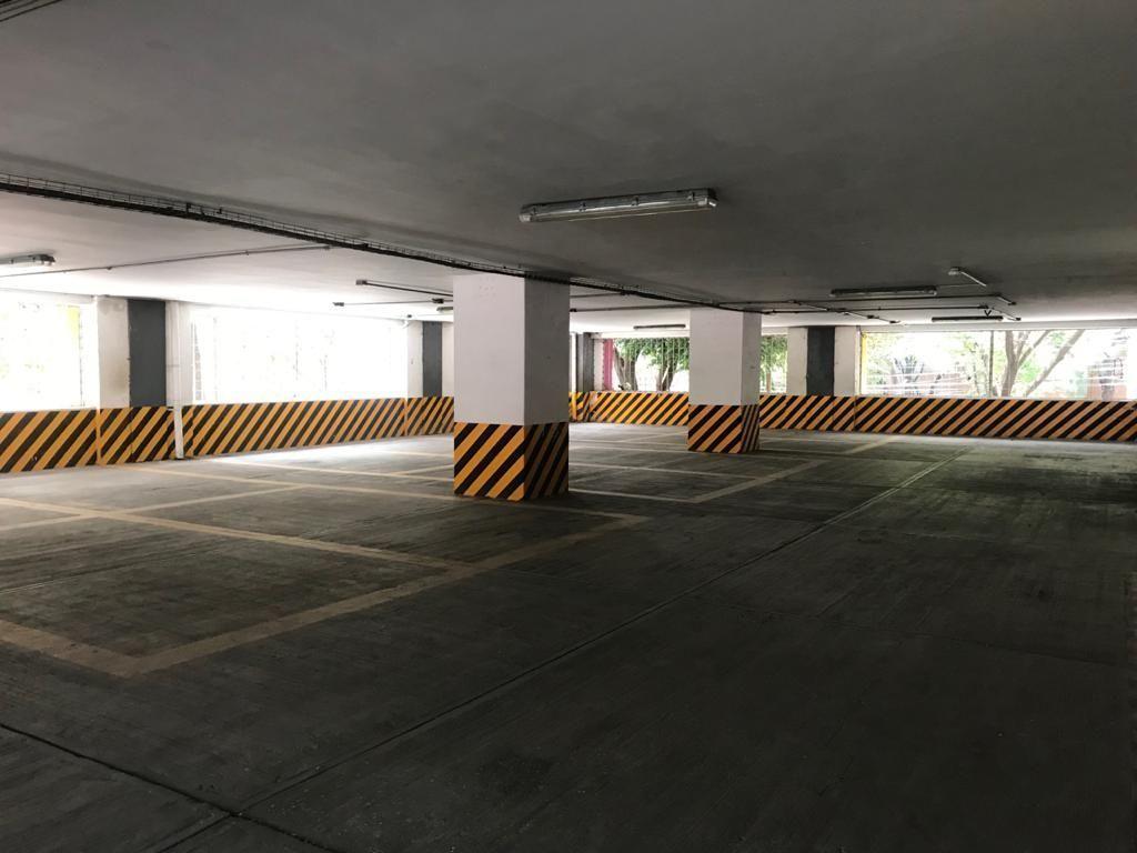 4 de 11: Estacionamiento balizado