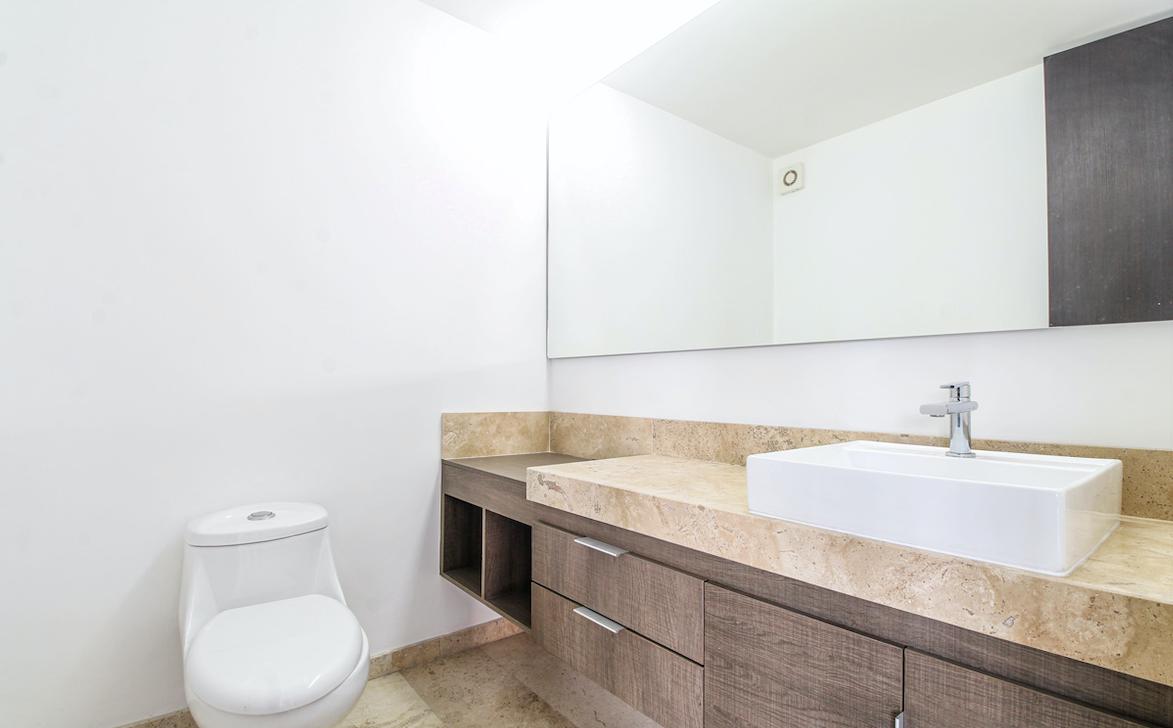 9 de 23: Baño completo con amplio base de lavabo.