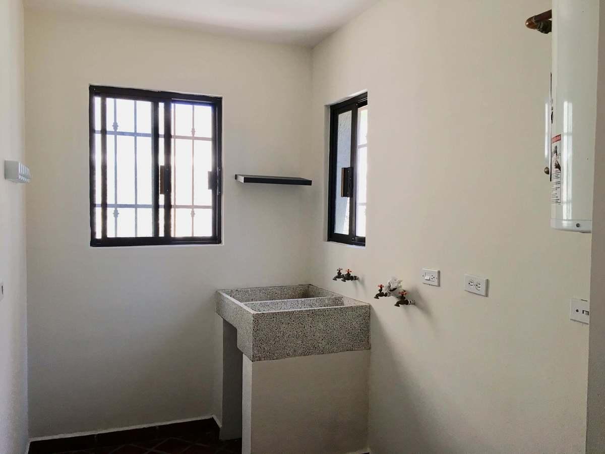10 de 27: cuarto de lavandería, con salidas de lavadora, secadora