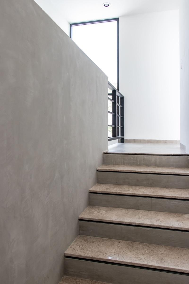 14 de 33: Escaleras de mármol