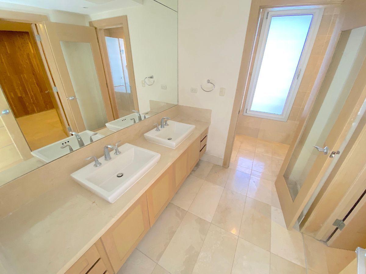 6 de 24: Baño habitación principal con 2 lavamanos