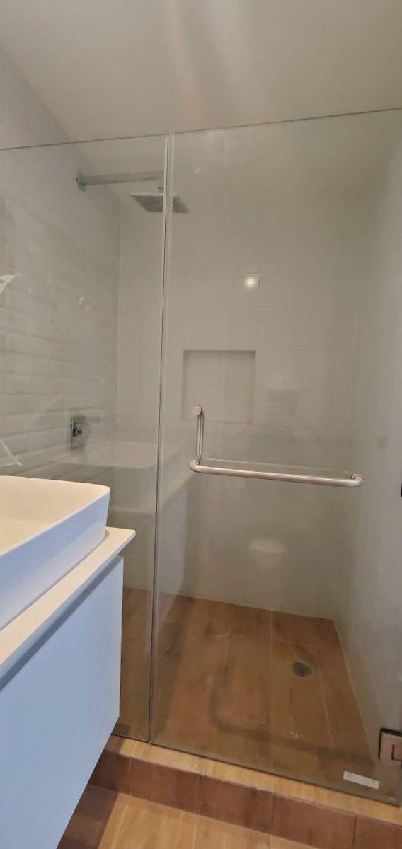 3 de 8: Baño completo y mampara de vidrio
