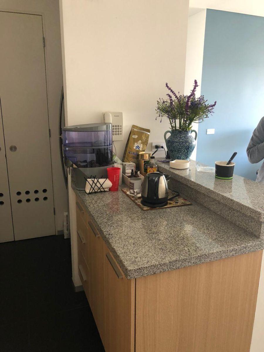 6 de 9: Cocina integral abierta con placa de granito