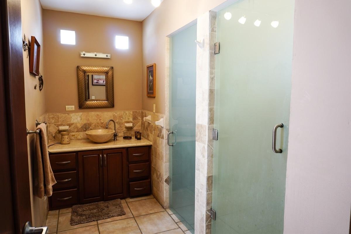 11 de 37: Baño de la recámara principal, área de regadera y de baño.