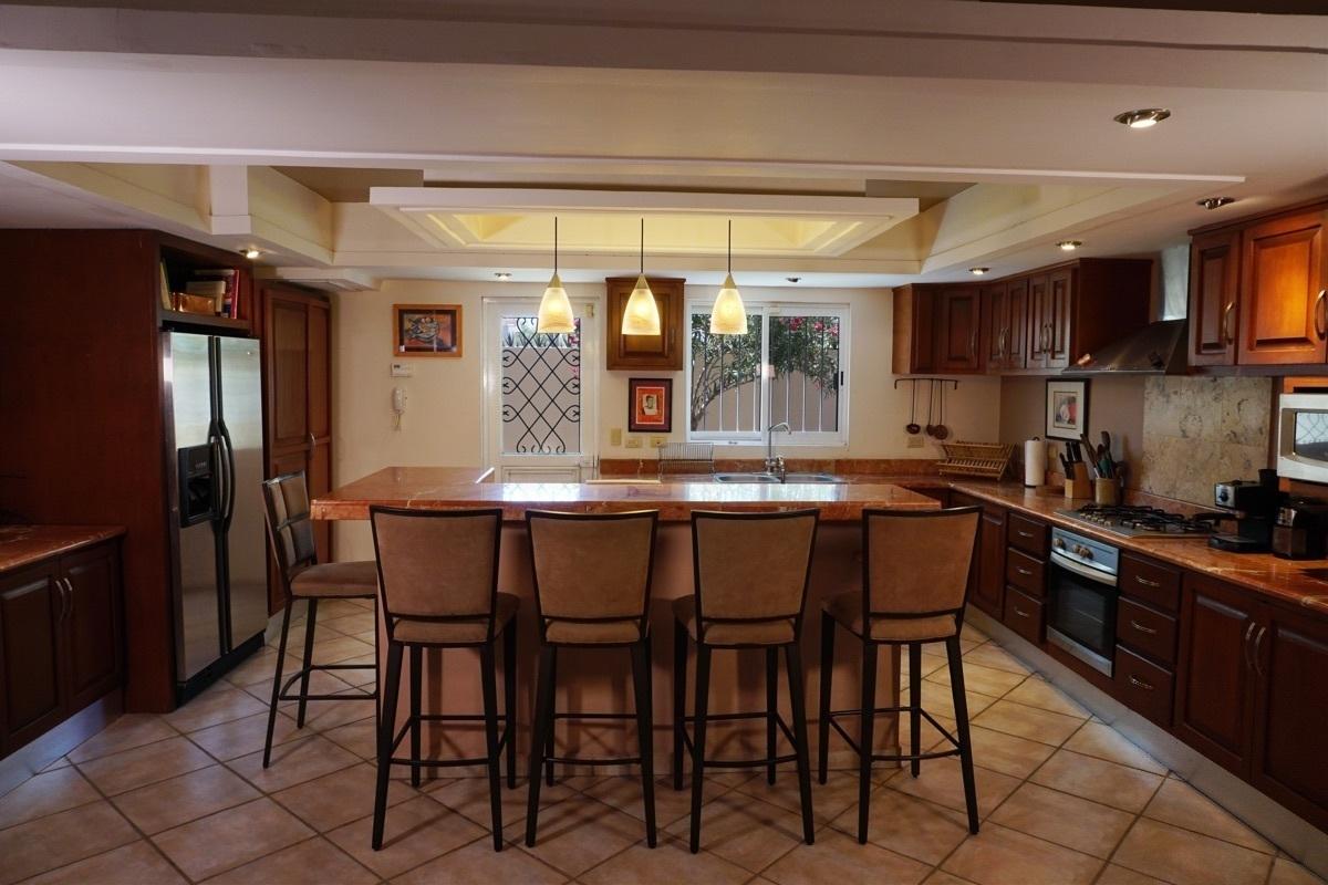 19 de 37: Cocina espaciosa con cubierta de granito.