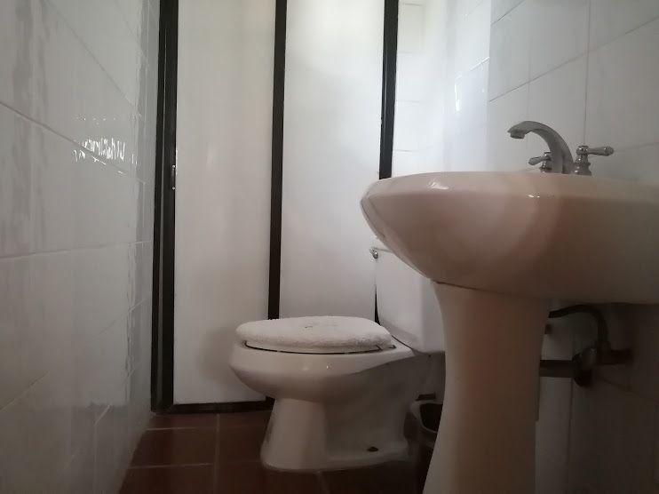 17 de 45: Medio baño de servicio