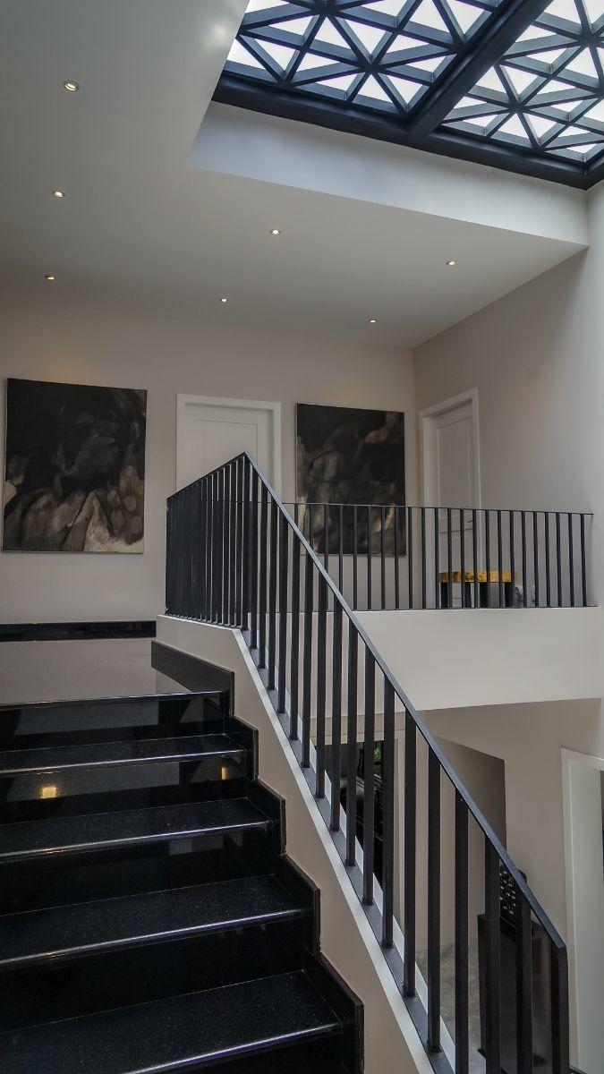 25 de 43: Acabados de granito negro Hindú en escalera principal