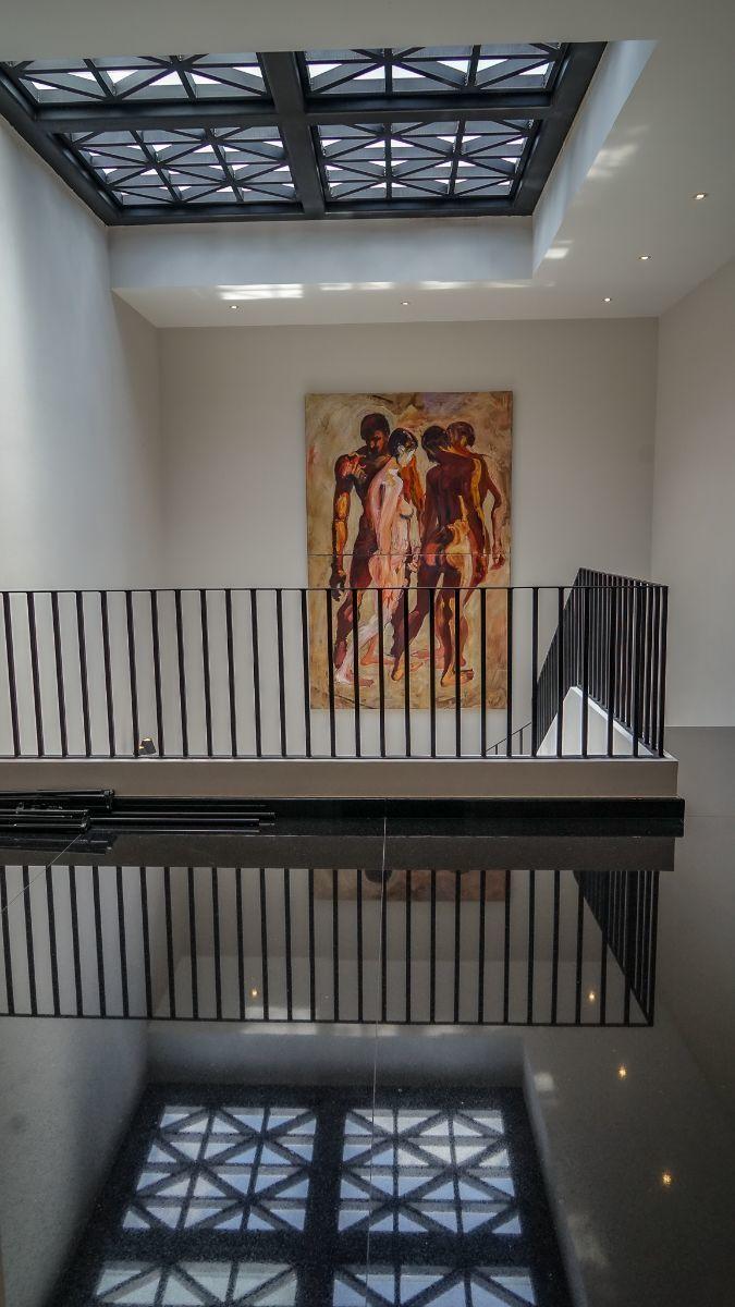 26 de 43: Detalle de acabado de granito negro en pasillos planta alta