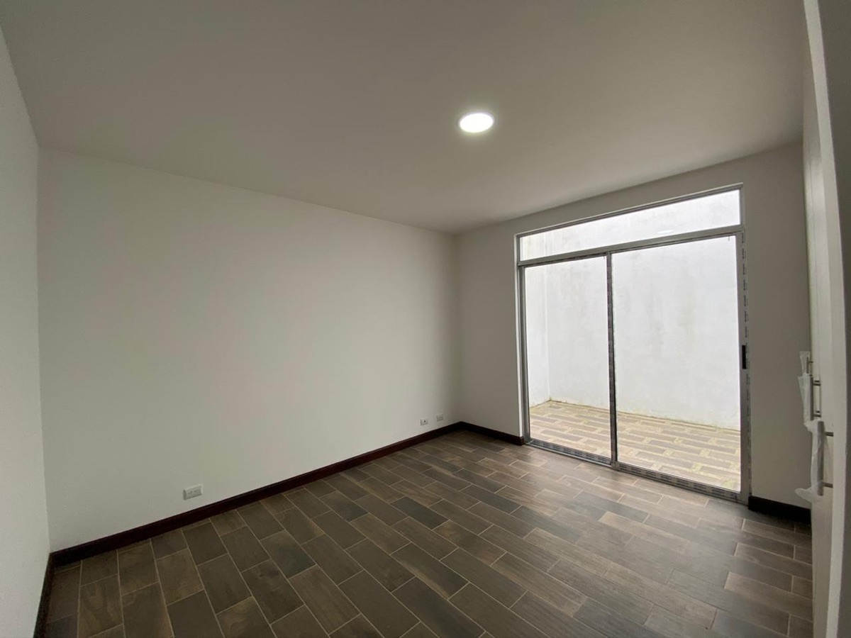 8 de 12: Habitación amplia con terraza