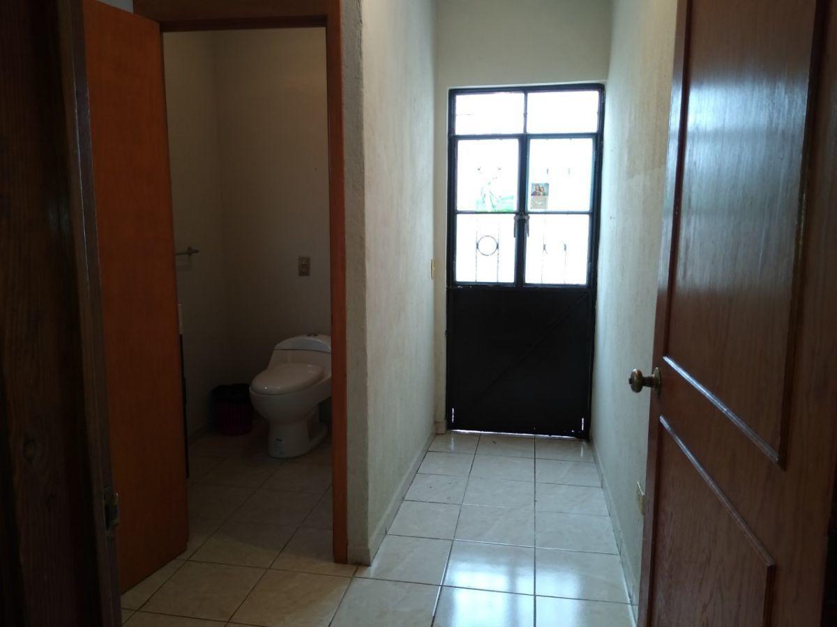 6 de 38: Medio Baño de habitación principal y puerta al cuarto de lav
