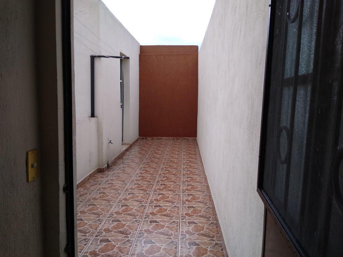 12 de 38: pasillo a área de lavado, tendedero.