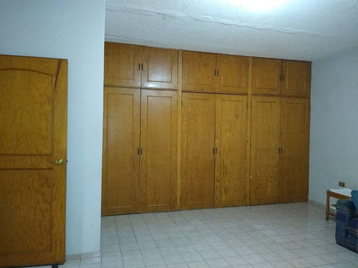 24 de 38: Closet habitación principal Planta Alta