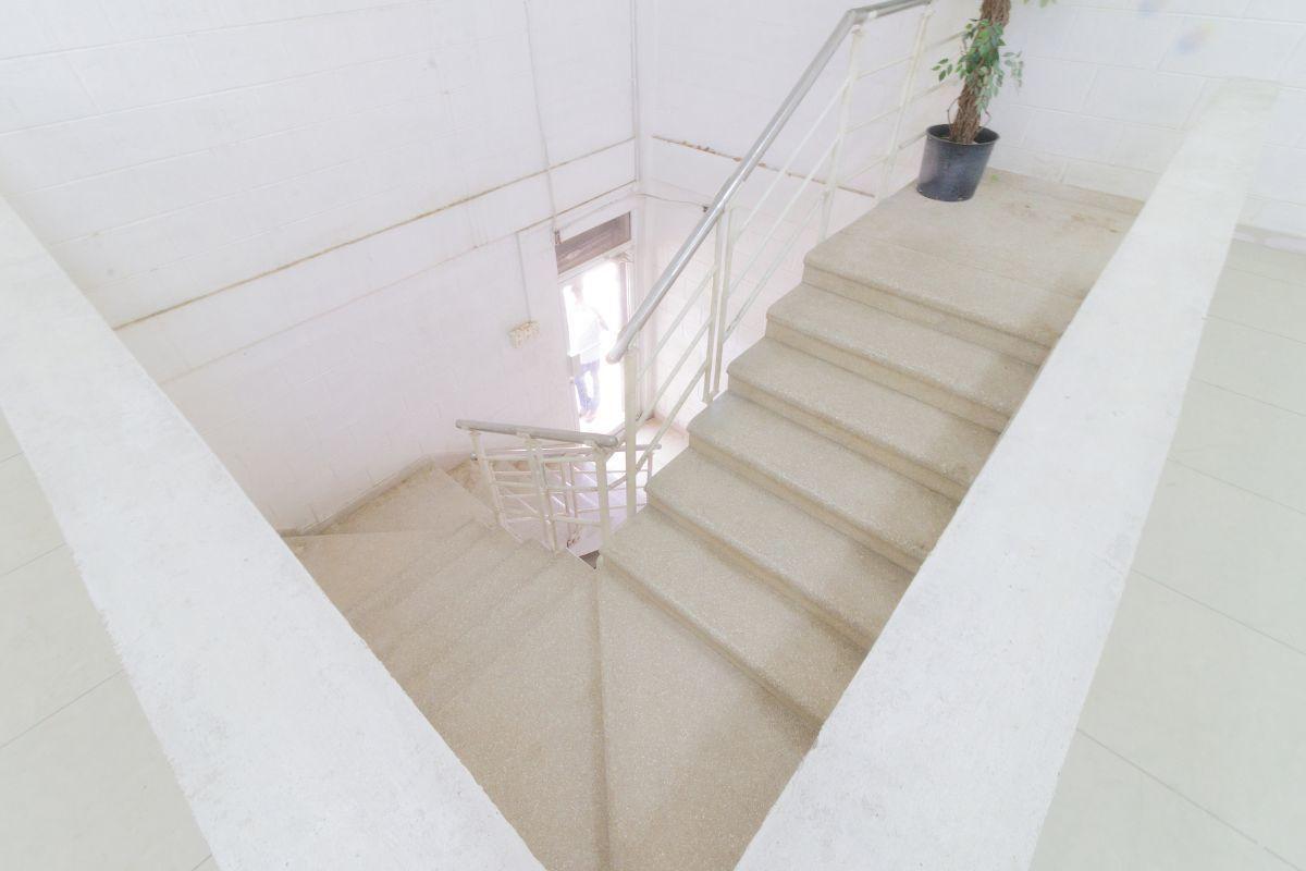 6 de 13: Cómoda y amplia escalera interna