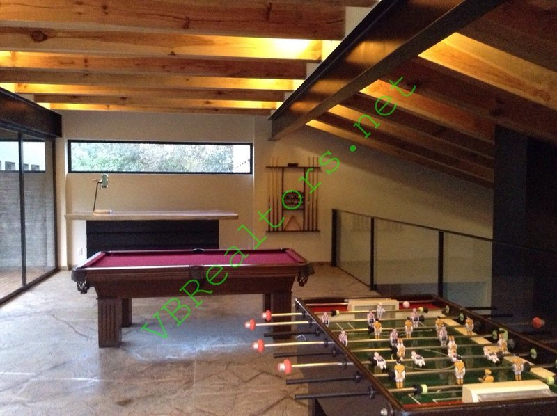 19 de 42: Salón de juegos: mesa de billar y footbolito