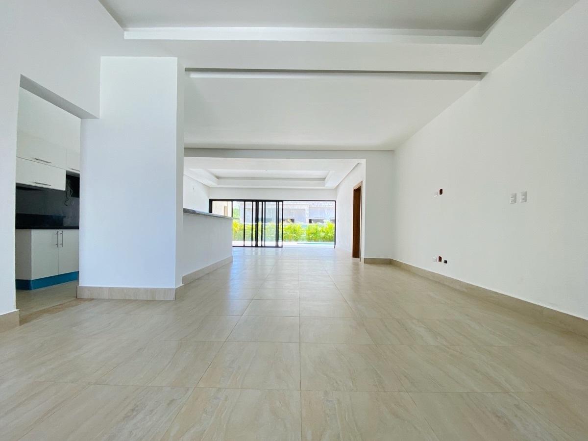 9 de 26: Interior con techos modernos
