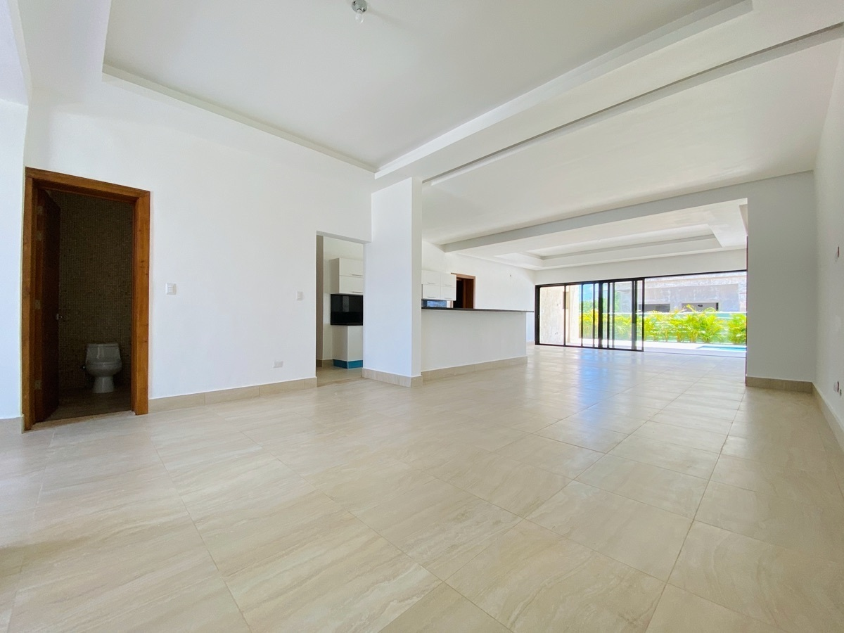 4 de 26: Interior con techos modernos