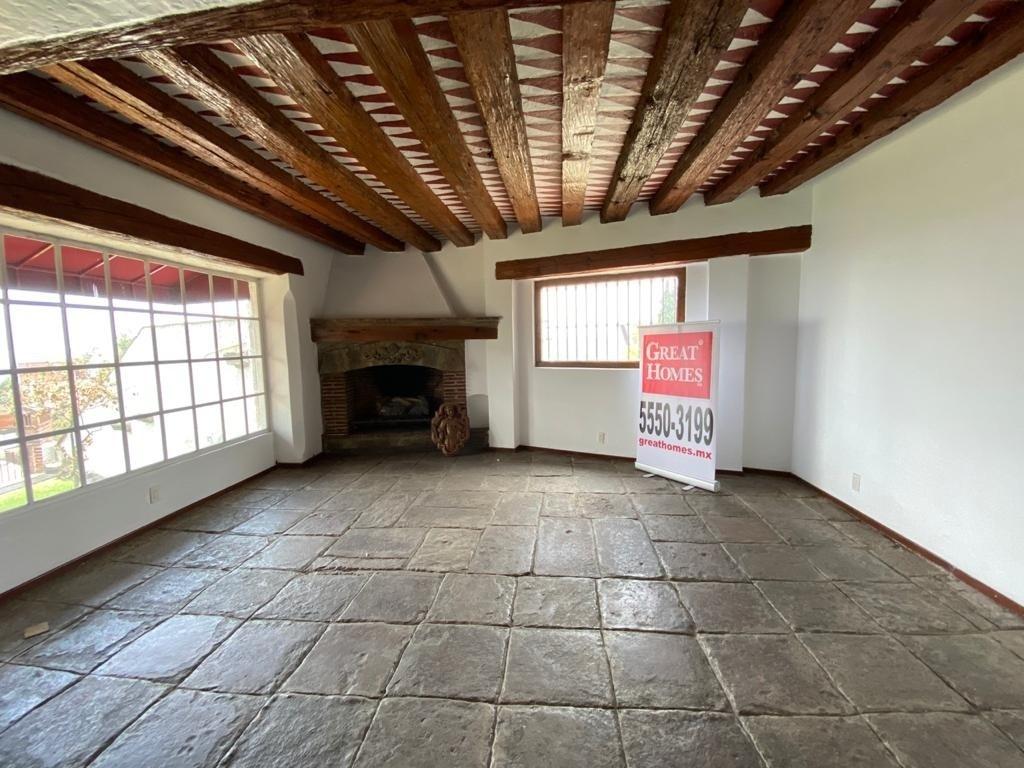 3 de 8: Amplia estancia con piso de recinto