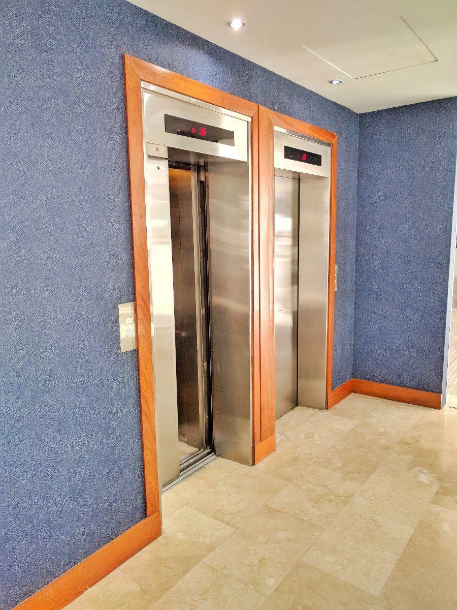5 de 27: Dos amplios ascensores