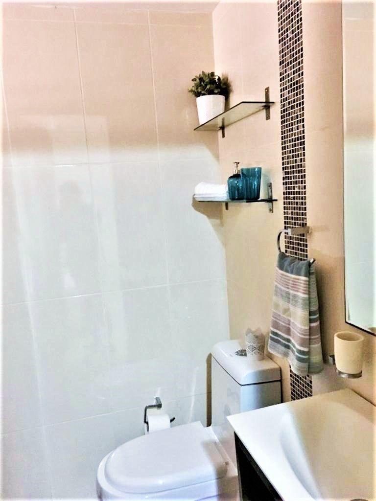 15 de 27: Detalle del baño de la habitación.