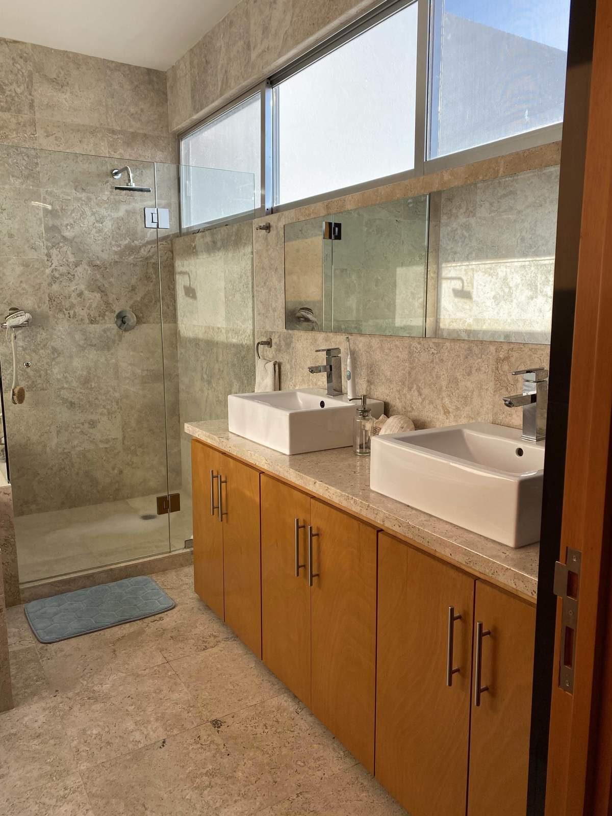 27 de 44: Regadera y doble lavabo baño principal