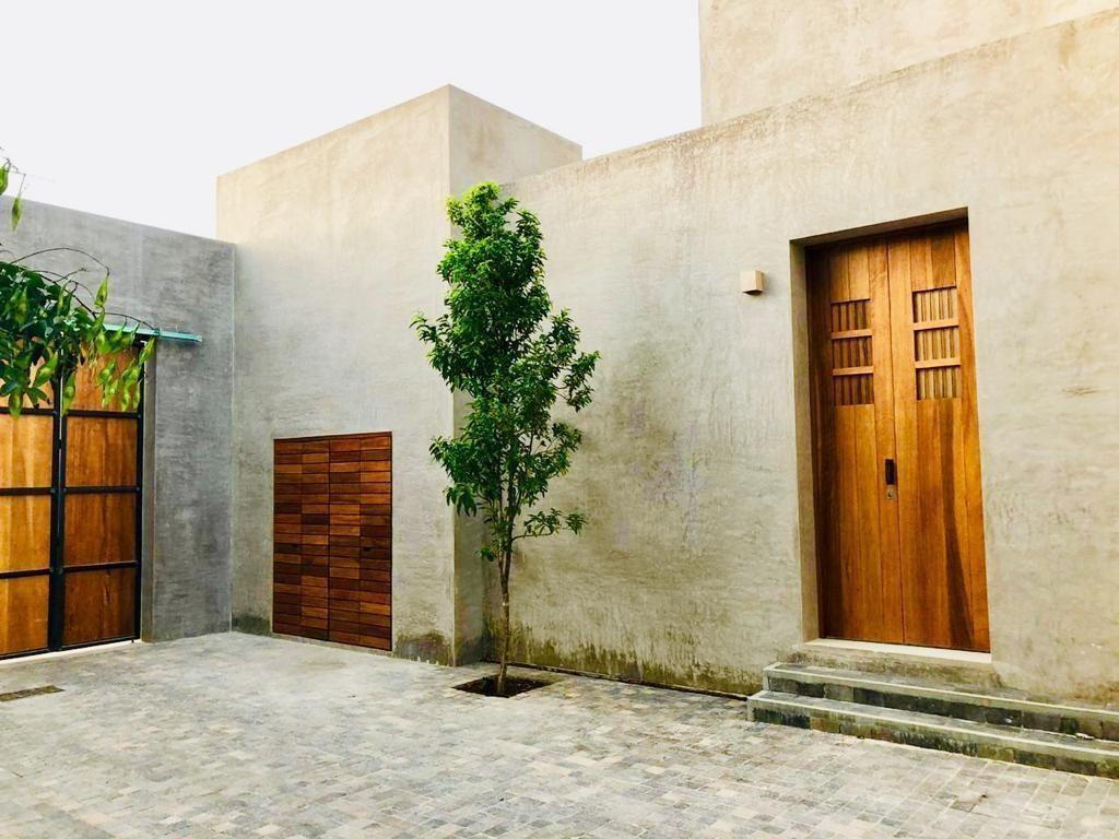 2 de 48: Puerta de acceso principal a la casa.