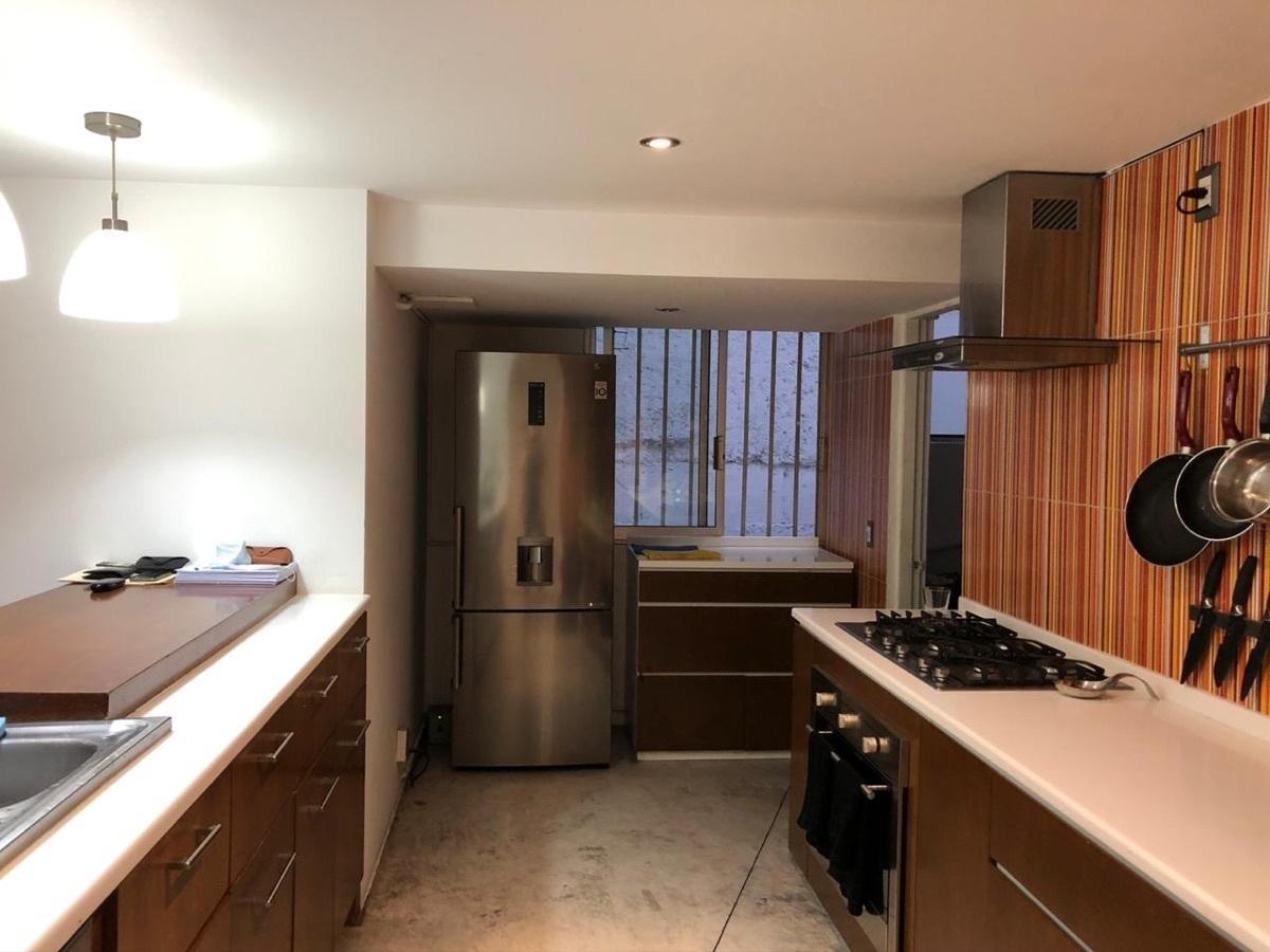 12 de 12: Cocina y acceso al área de servicio