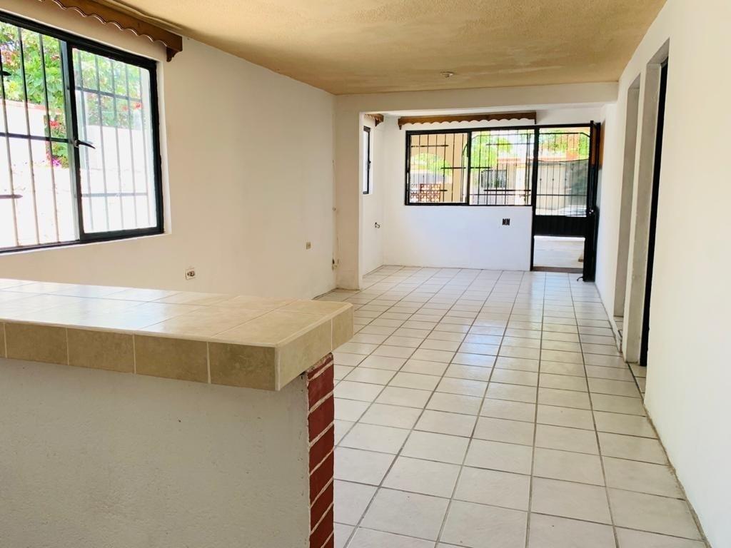2 de 18: Vista desde la cocina al comedor y sala