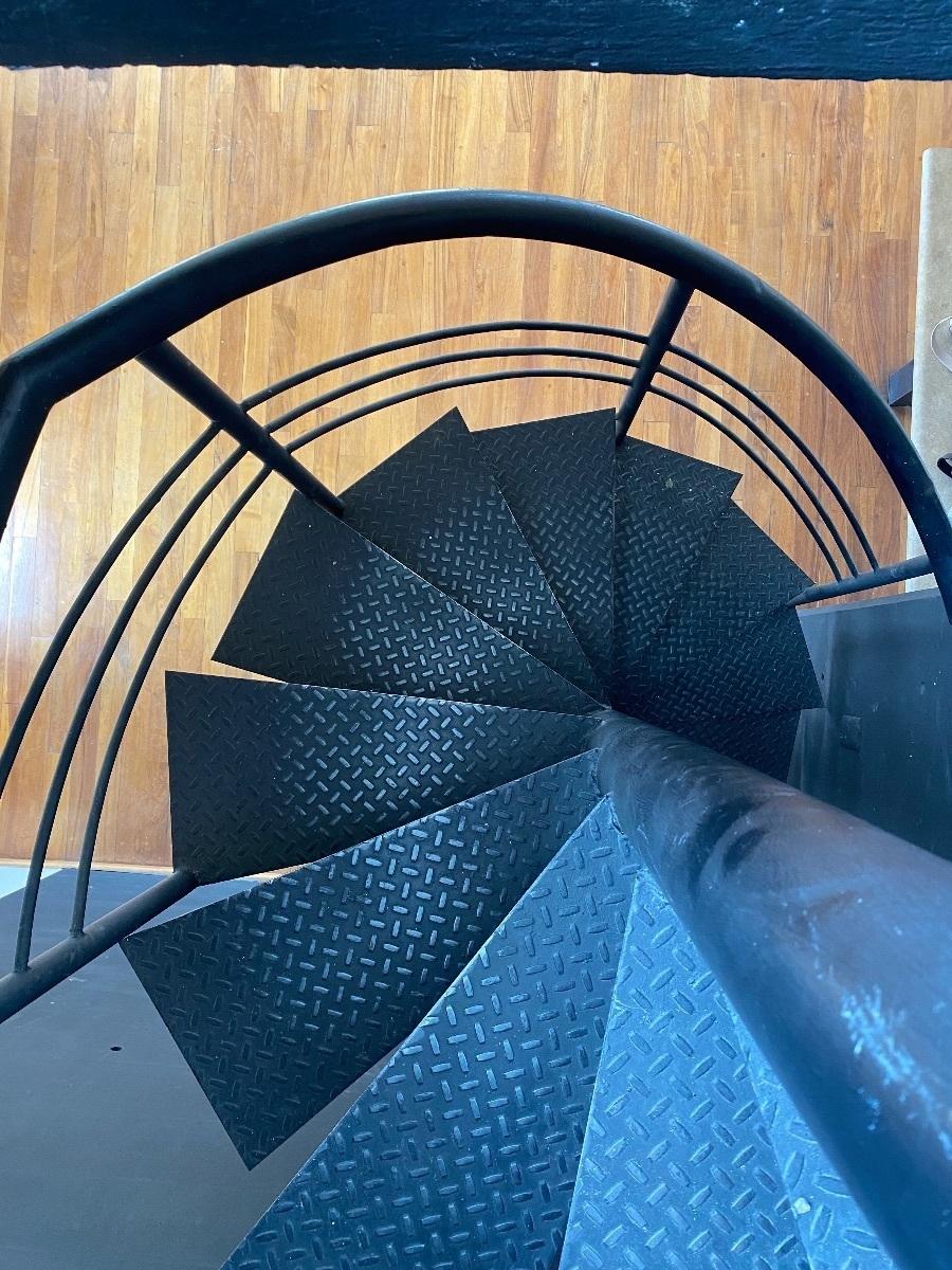 11 of 23: Escaleras para subir y bajar.