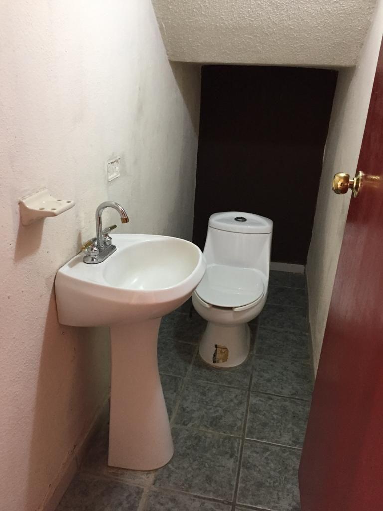 6 de 12: Medio baño en planta baja