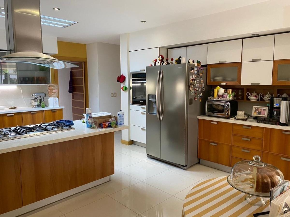 4 de 15: Moderna cocina con antecomedor