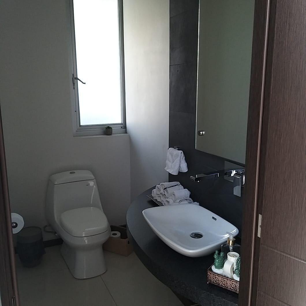 7 de 25: medio baño al ingreso