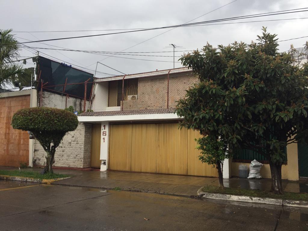 1 de 25: Frente de la casa con portón eléctrico