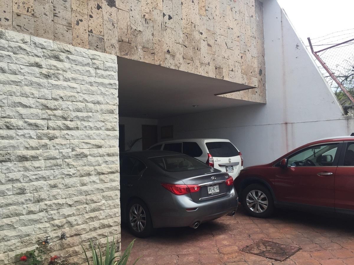 3 de 25: 2 estacionamientos con techo y dos sin