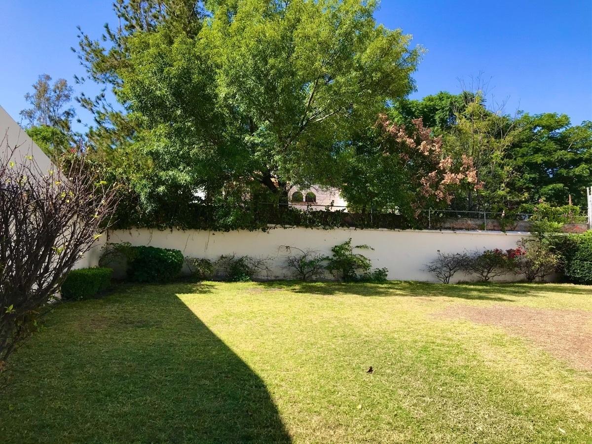 28 de 32: Hermoso y amplio jardín trasero