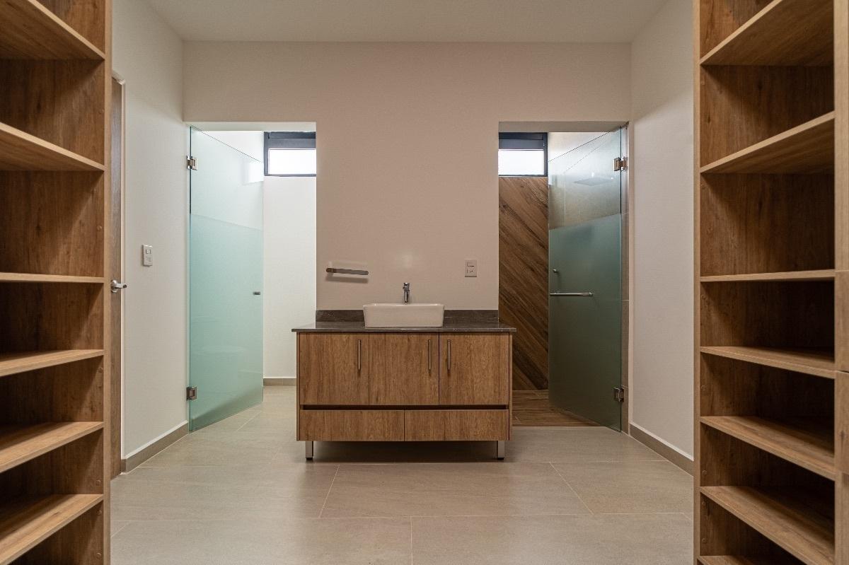 8 de 15: Vestidor y baño completo