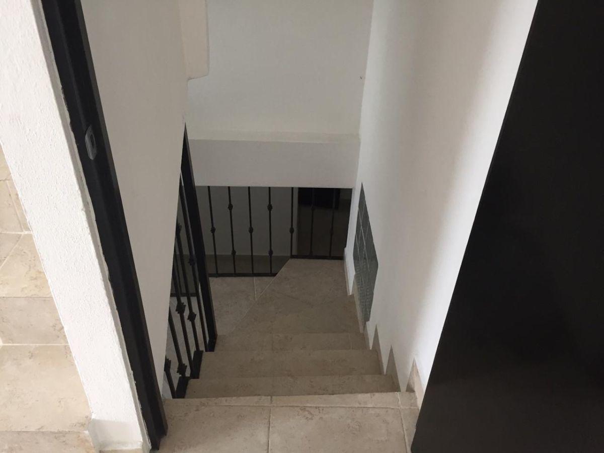 12 de 27: Escalera a sótano.