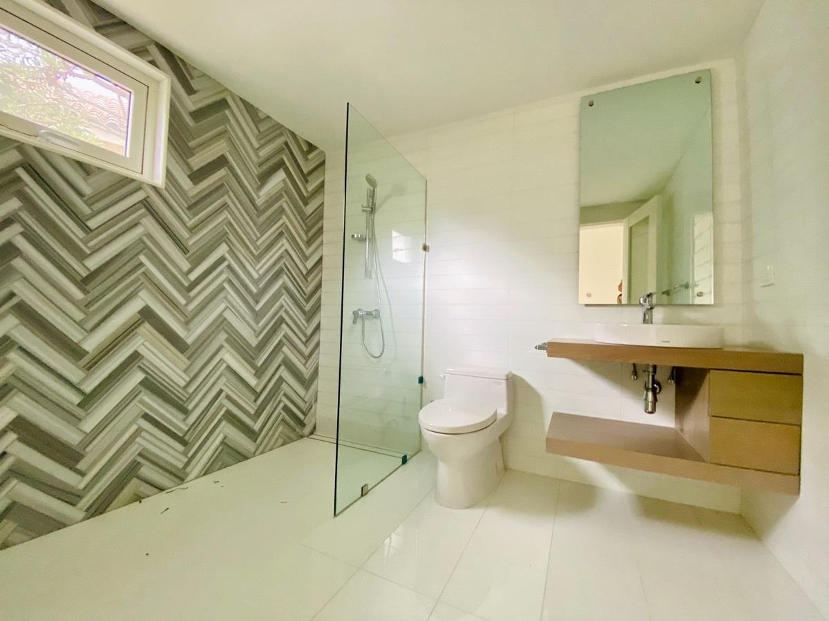 21 de 27: Modernos Baños Secundarios