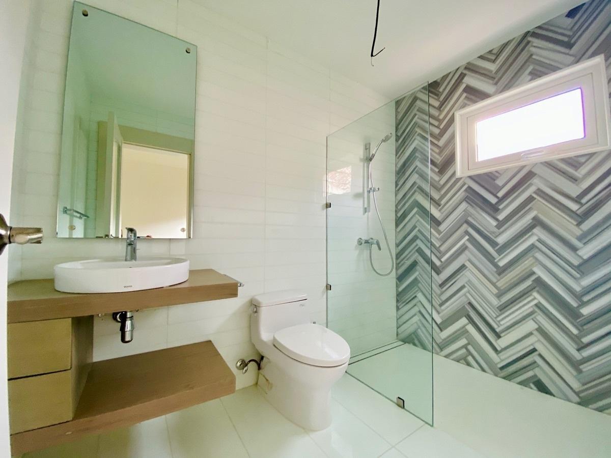 24 de 27: Modernos Baños Secundarios