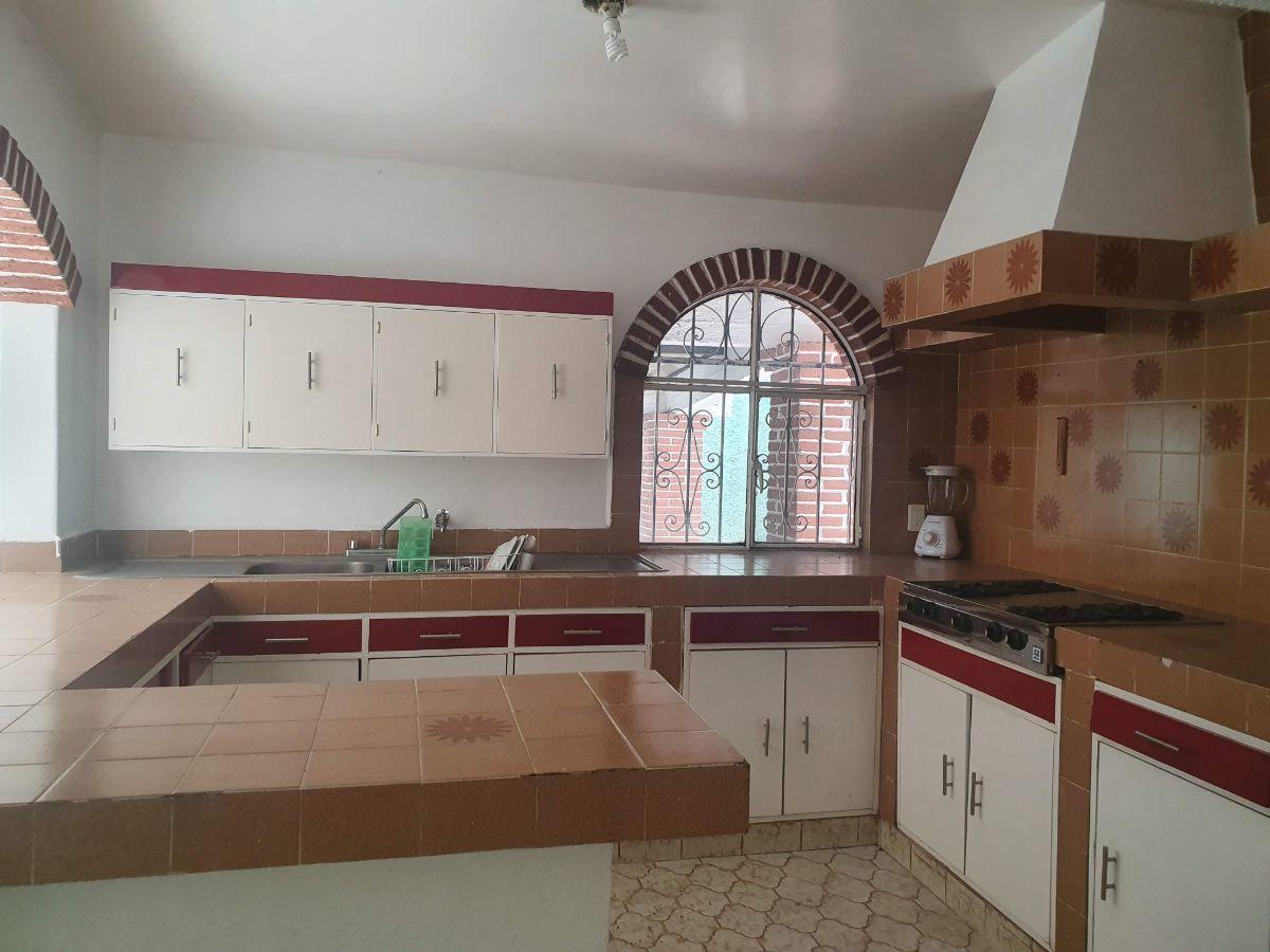 12 de 22: Cocina amplia con chimenea, horno y espacio para refrigerado