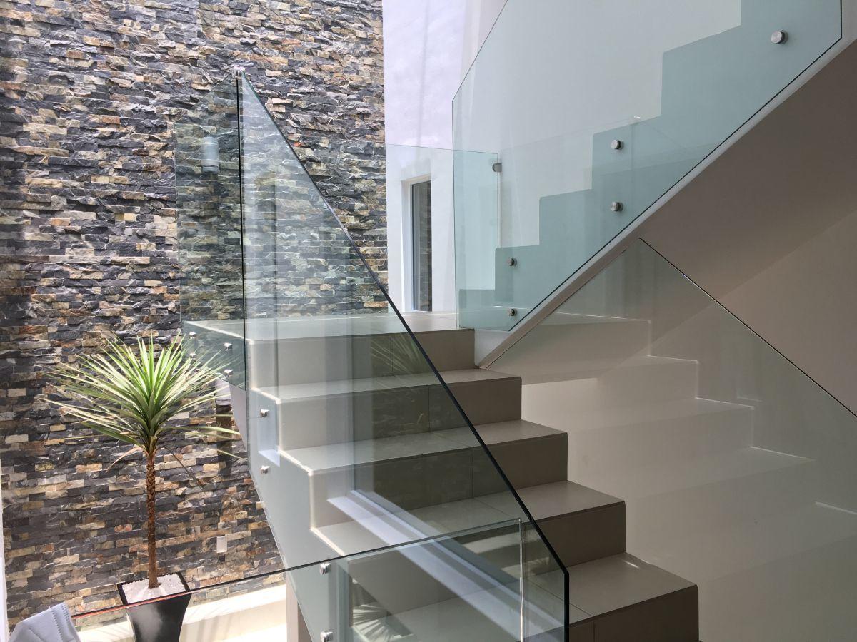 9 de 40: Escaleras con muro decorativo