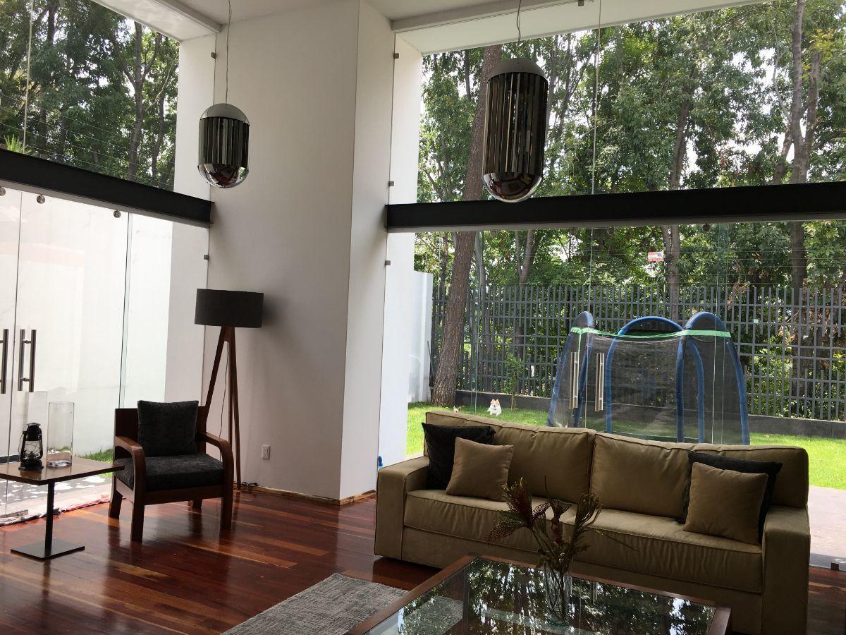 16 de 40: Sala de estar con vista al jardin