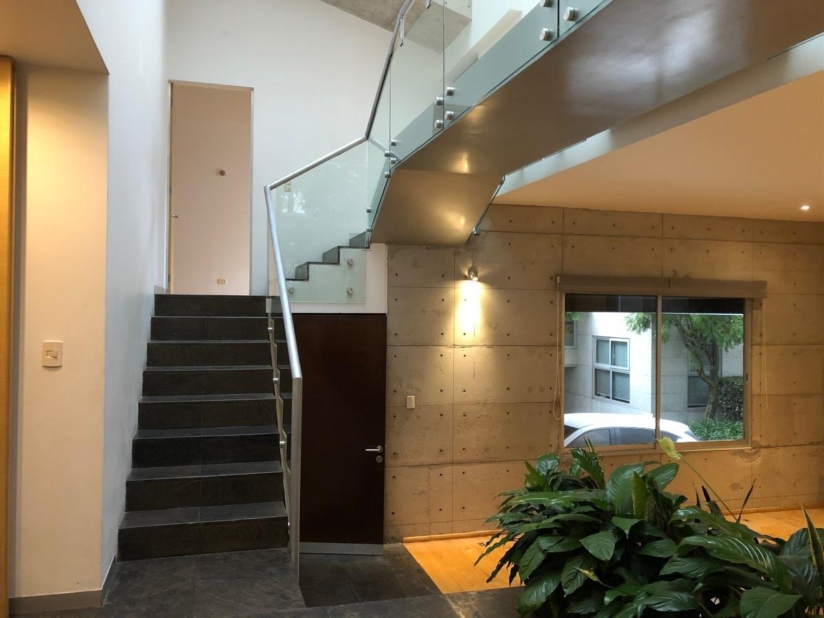 1 de 41: Entrada y acceso al segundo piso