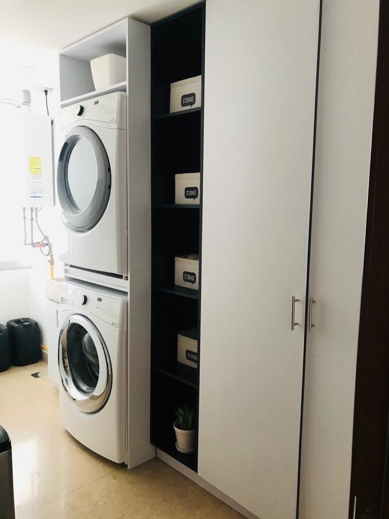 18 de 21: Area de lavado con closet de blancos.